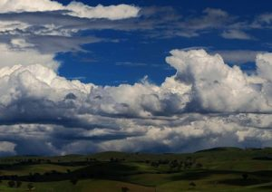 水蒸気を含む空気の熱対流から生まれる雲