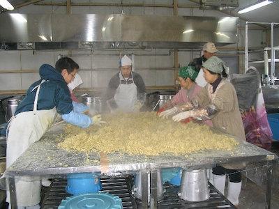 町の共同利用加工施設を使用した味噌づくり