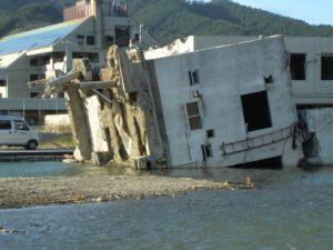 写真 1  津波によるビルの転倒(宮城県女川町)