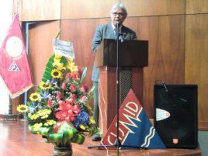 写真 2  記念シンポジウムで挨拶するサバラ所長