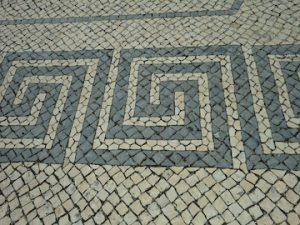 写真 2  幾何学模様の石畳が印象的である。