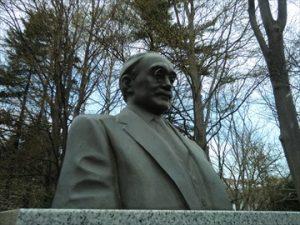 写真 1 新渡戸稲造顕彰碑 (北海道大学構内、ポプラ並木に隣接する花木園内)